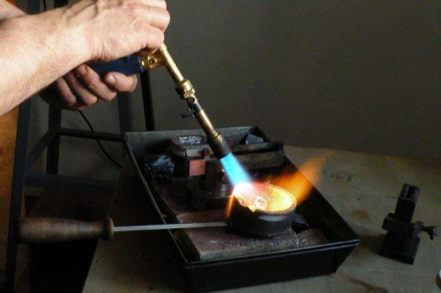 Odlewanie srebra podczas warsztatów wszkole projektowania biżuterii Wytwórnia Antidotum wWarszawie