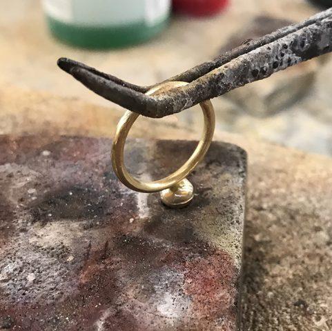 Zaawansowane techniki lutowania biżuterii z wykorzystaniem narzędzia zwanego trzecią ręką