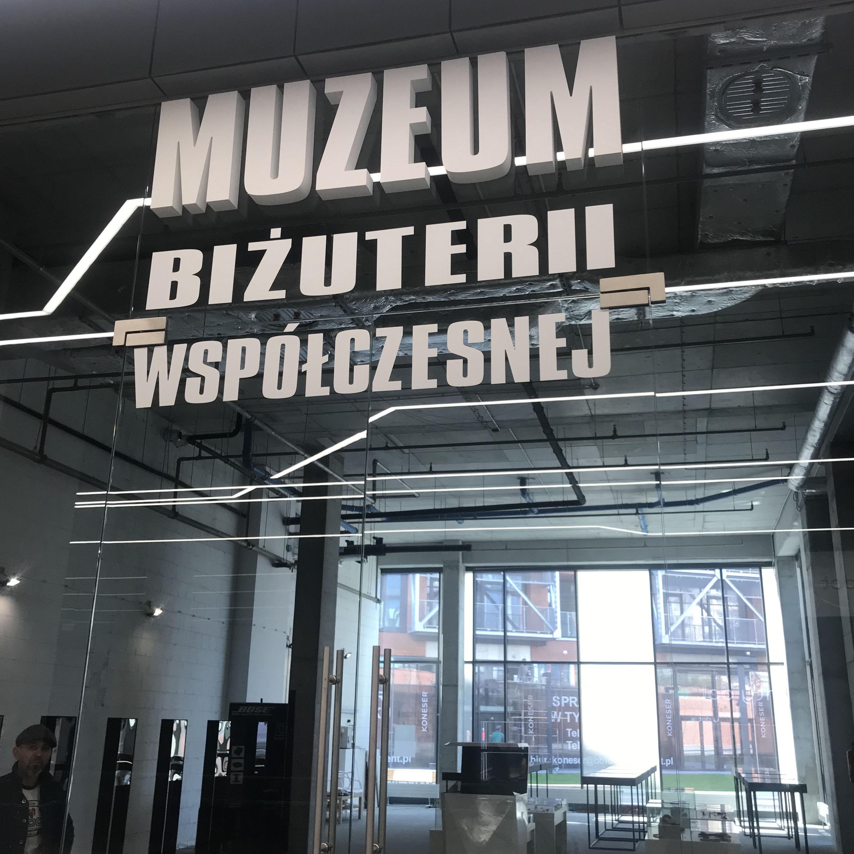 absolwentki i nauczyciele Wytwórni Antidotum prezentują prace w Muzeum Biżuterii Wspólczesnej