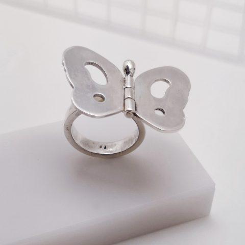 srebrny pierścionek zzaprojektowanym nanim motylkiem podobnego koloru