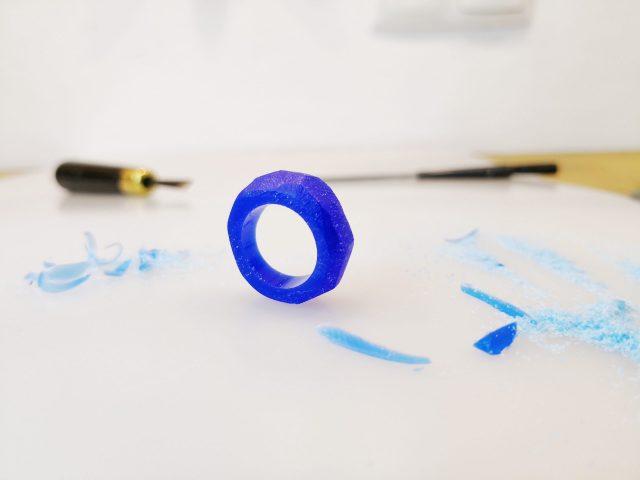 Praca w wosku jubilerskim na przykładzie pierścionka z niebieskiego wosku miękkiego