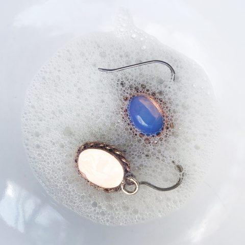 Domowe sposoby na czyszczenie biżuterii ze srebra i złota, pereł i kamieni szlachetnych