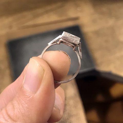 Kurs jubilerski wWytwórni Antidotum przygotowuje dowykonania oprawy pierścionka zkaboszonem