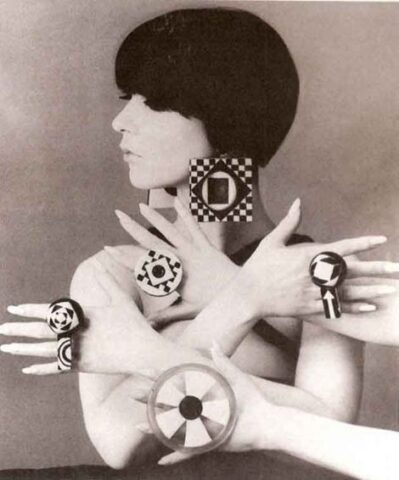 Monochromatyczna biało-czarna biżuteria wstylu vintage mod